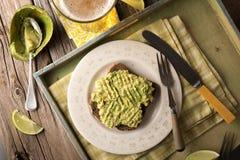 Avacado på rostat bröd Arkivbild