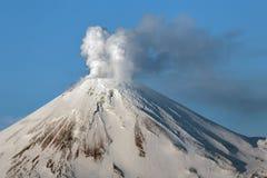 Avachinsky vulkan - aktiv vulkan av den Kamchatka halvön Arkivfoto