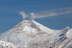 Avachinsky vulkan - aktiv vulkan av Kamchatka Arkivbilder