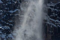 Avalancha da corrediça da neve no inverno nas montanhas com rochas fotos de stock royalty free