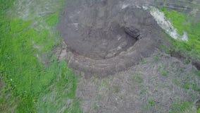 Avalez la vue aérienne de nid, vue supérieure de bourdon faite dans la pile de la terre banque de vidéos