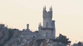 Avalez le ch?teau de nid du ` s sur la roche au-dessus de la Mer Noire sur le coucher du soleil Gaspra crimea banque de vidéos