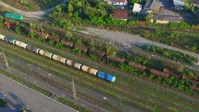 Avaliação aérea da estação de trem velha vídeos de arquivo