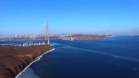 Avaliação aérea da paisagem marinha com vistas da ponte do russo video estoque