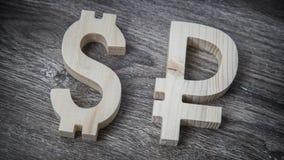 Avaliação da troca Dólar, rublo na parede de madeira Fotografia de Stock Royalty Free