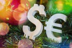Avaliação da troca Euro, dólar na árvore de Natal verde com as decorações vermelhas da bola do vintage fotografia de stock royalty free