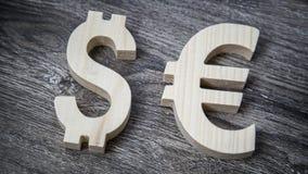 Avaliação da troca Euro, dólar na parede de madeira Fotografia de Stock Royalty Free