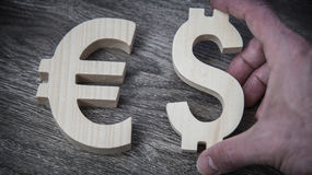 Avaliação da troca Euro, dólar na parede de madeira Imagens de Stock Royalty Free
