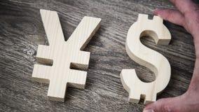 Avaliação da troca Ienes, dólar na parede de madeira Imagem de Stock Royalty Free
