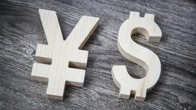 Avaliação da troca Ienes, dólar na parede de madeira Fotografia de Stock