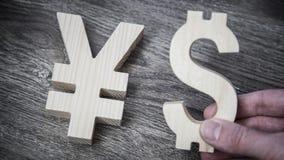 Avaliação da troca Ienes, dólar na parede de madeira Fotos de Stock Royalty Free