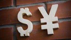 Avaliação da troca Ienes do sinal de moeda, dólar na parede de tijolo Foto de Stock