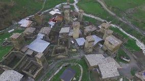 Avaliação de ar sobre a vila de Ushguli Acima dos telhados das casas e das torres de vigia, Geórgia, Svaneti vídeos de arquivo