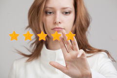Avaliação de cinco estrelas ou classificação, conceito da avaliação A mulher avalia o serviço, hotel, restaurante Imagens de Stock Royalty Free