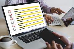 AVALIAÇÃO do homem de negócios e conceito da descoberta da análise dos resultados imagem de stock