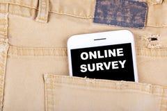 Avaliação em linha Smartphone no bolso das calças de brim Negócio da tecnologia e revisão, fundo do conceito do feedback Fotografia de Stock Royalty Free