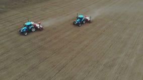 A avalia??o a?rea, vista superior, mola, l? ? dois tratores no campo com os plantadores especiais da precis?o, milho ? plantada filme