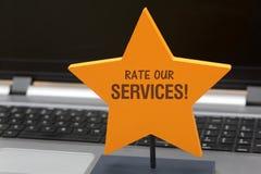 Avalie nossos serviços em relações com os clientes amarelas do começo fotografia de stock