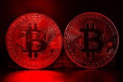 Avalie a perda de moedas de Bitcoin na luz vermelha fotos de stock royalty free