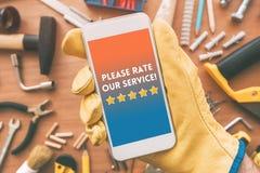 Avalie por favor nossa mensagem de serviço na tela do smartphone imagens de stock royalty free