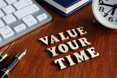 Avalie seu tempo das letras de madeira imagens de stock royalty free