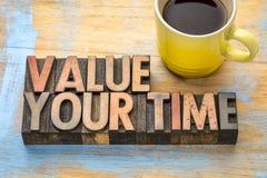Avalie seu tempo - exprima o sumário no tipo de madeira foto de stock royalty free
