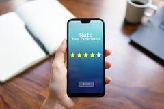 Avalie suas estrelas da revisão cinco da satisfação do cliente da experiência na tela do telefone celular Conceito da tecnologia  fotografia de stock royalty free