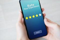 Avalie suas estrelas da revisão cinco da satisfação do cliente da experiência na tela do telefone celular Conceito da tecnologia  imagem de stock