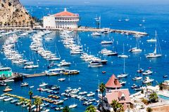 Avalon港口顶上的海湾视图有赌博娱乐场的,乐趣码头、风船和游艇在圣卡塔利娜海岛上在Californi假期 免版税图库摄影