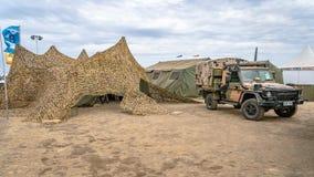 Avalon, Мельбурн, Австралия - 3-ье марта 2019: Военный закамуфлированный шатер и 4WD стоковое изображение