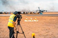 Avalon, Melbourne, Austrália - 3 de março de 2019: Operador cinematográfico no airshow imagens de stock