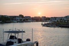 AVALON, NJ - 30. AUGUST: Avalon Bay, schöne Bucht mit Ansicht von Villen und von Yachten bei Sonnenuntergang am 30. August 2013 Lizenzfreie Stockbilder