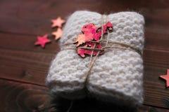 Avançon tricoté avec des étoiles et ressembler d'ange au cadeau Photographie stock libre de droits