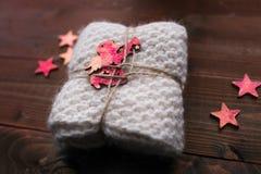 Avançon tricoté avec des étoiles et ressembler d'ange au cadeau Photo stock
