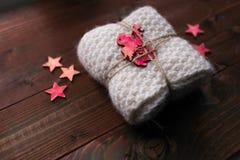 Avançon tricoté avec des étoiles et ressembler d'ange au cadeau Images libres de droits