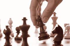 Avanços da rainha do preto do jogo de xadrez Fotografia de Stock