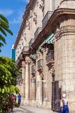 AVANA, CUBA - 1° APRILE 2012: Passeggiata dei turisti vicino a Palacio De Los Fotografie Stock