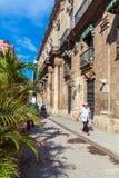 AVANA, CUBA - 1° APRILE 2012: Passeggiata dei turisti vicino a Palacio De Los Immagini Stock Libere da Diritti