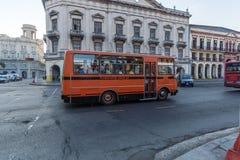 AVANA, CUBA - 2 APRILE 2012: Scuola arancio davanti a Capitoli fotografie stock