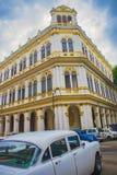 AVANA, CUBA - 4 DICEMBRE 2015: Scena urbana con il coloniale variopinto b Fotografie Stock