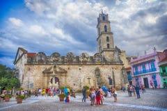 AVANA, CUBA - 4 DICEMBRE 2015: Turisti al San Francisco de Asi Fotografie Stock Libere da Diritti