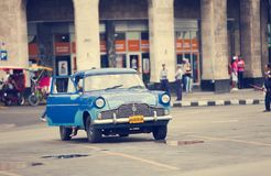 AVANA, CUBA 27 GENNAIO 2013: Vecchia retro automobile sulla via a vecchia Avana, Cuba Retro effetto Immagine Stock