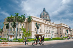 AVANA, CUBA - 8 LUGLIO 2016 Risciò, anche conosciuto come il bicitaxi, c Fotografie Stock Libere da Diritti