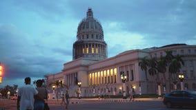 AVANA, CUBA - 13 MAGGIO 2018 - EL Capitolio nel tramonto con le automobili americane d'annata e la gente sulle vie in 4k video d archivio