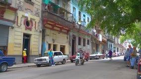AVANA, CUBA - 13 MAGGIO 2018 - la gente e vecchie automobili del taxi sulle vie in 4k stock footage