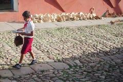 AVANA, CUBA - 3 NOVEMBRE 2012: Gli esploratori di ragazzi camminano sulle vie in Cuba Fotografia Stock