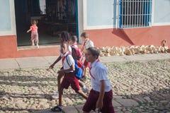 AVANA, CUBA - 3 NOVEMBRE 2012: Gli esploratori di ragazzi camminano sulle vie in Cuba Fotografia Stock Libera da Diritti