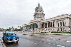 AVANA, CUBA - 21 OTTOBRE 2017: Campidoglio a Avana con la vecchia automobile in priorità alta Immagini Stock