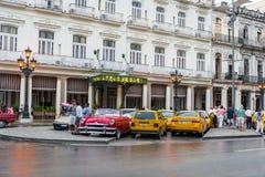 AVANA, CUBA - 21 OTTOBRE 2017: Città Vecchia a Avana, Cuba Luoghi la gente ed architettura Taxi in priorità alta Fotografia Stock Libera da Diritti