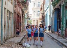 AVANA, CUBA - 20 OTTOBRE 2017: Havana Old Town Architecture con le ragazze della scuola in priorità alta Fotografia Stock Libera da Diritti